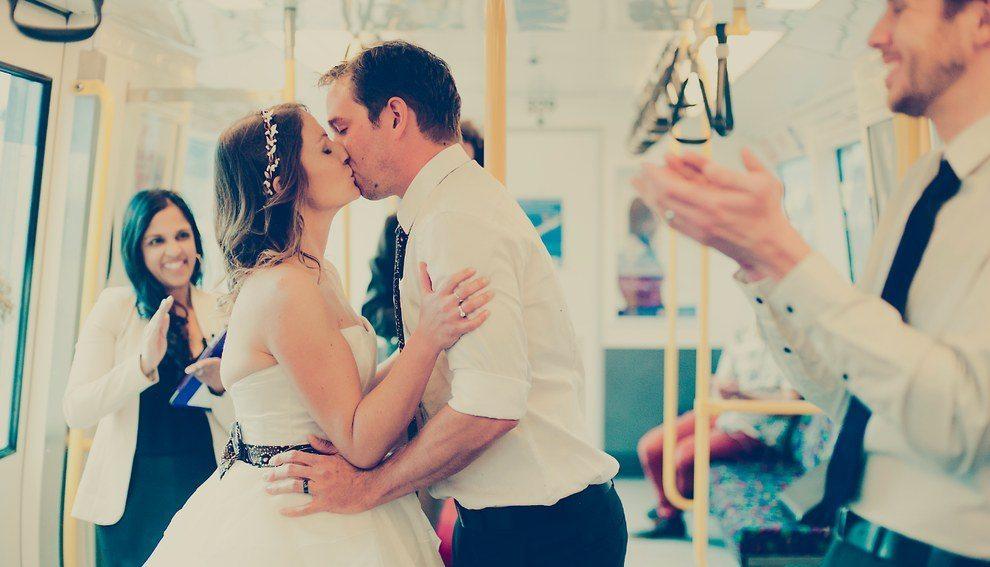 Šis pāris savas kāzas nosvinēja metro 2