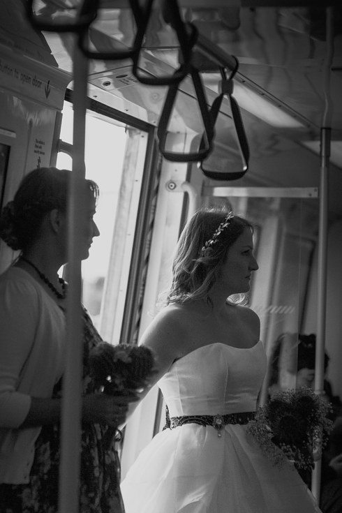 Šis pāris savas kāzas nosvinēja metro 8