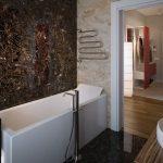 Pārkāpjot ierastā robežas: modernas tendences vannasistabas dizainā 53