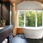 Pārkāpjot ierastā robežas: modernas tendences vannasistabas dizainā 65