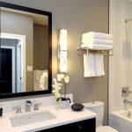Pārkāpjot ierastā robežas: modernas tendences vannasistabas dizainā 75