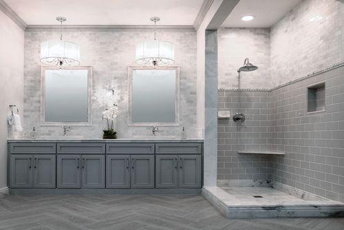 Pārkāpjot ierastā robežas: modernas tendences vannasistabas dizainā 13
