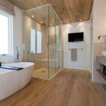 Pārkāpjot ierastā robežas: modernas tendences vannasistabas dizainā 18