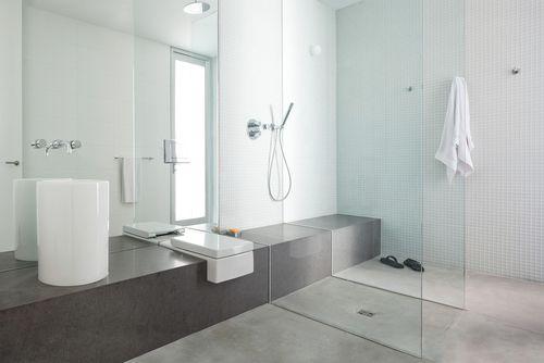 Pārkāpjot ierastā robežas: modernas tendences vannasistabas dizainā 29