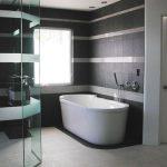 Pārkāpjot ierastā robežas: modernas tendences vannasistabas dizainā 72