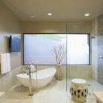 Pārkāpjot ierastā robežas: modernas tendences vannasistabas dizainā 80