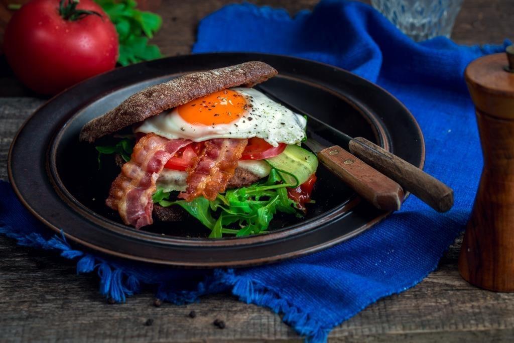 brokastu-burgers-ar-olu