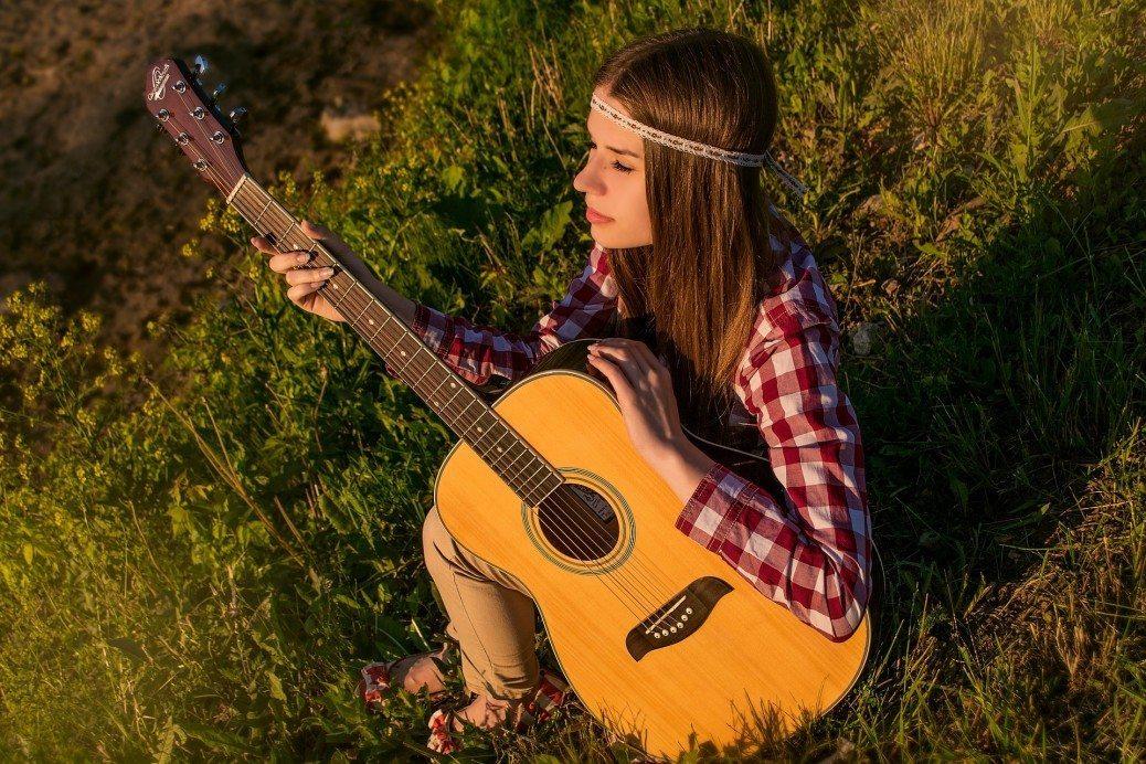 sieviete-gitara