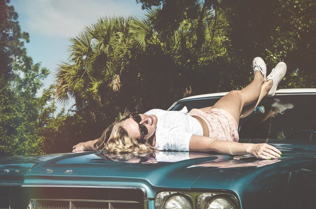 sieviete-auto
