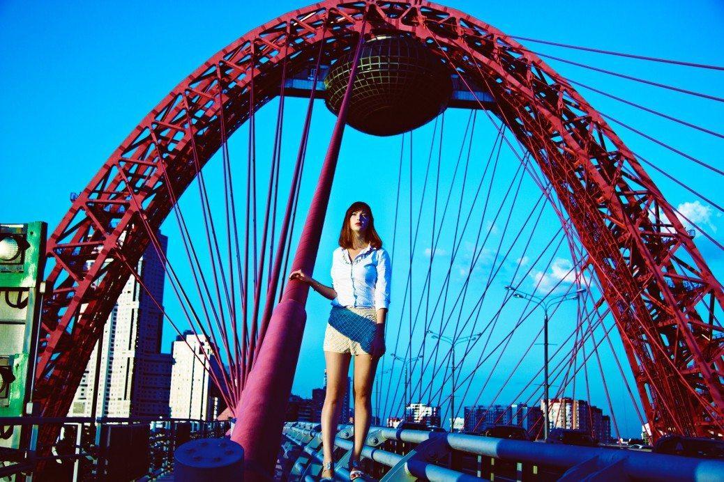 sieviete-tilts