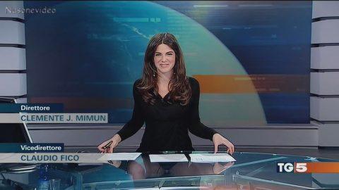 Itāļu TV diktori pievīla studijas caurspīdīgais galds