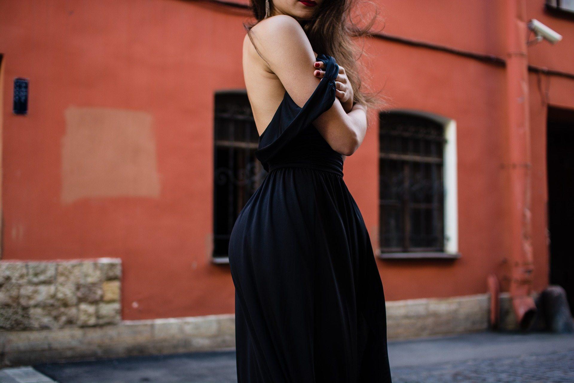 sieviete-kleita-melna