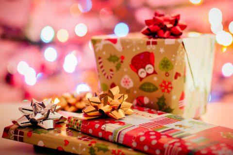 Populārākās Ziemassvētku dāvanas – dāvanu kartes, kosmētika, apģērbs un viedtālruņi
