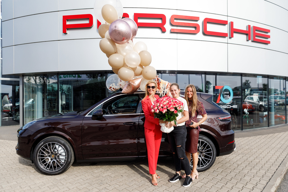 Porsche dāvina Aļonai Ostapenko jauno Porsche Cayenne Turbo.