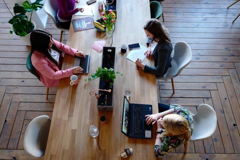 Iemesli kāpēc ārpus darba nevajadzētu satikties ar saviem kolēģiem